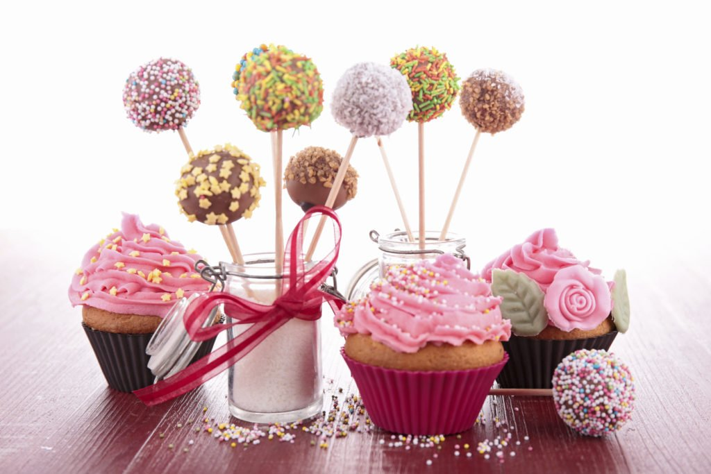 La moda americana dei dolcissimi cake pops è un'ottima idea per un centrotavola.