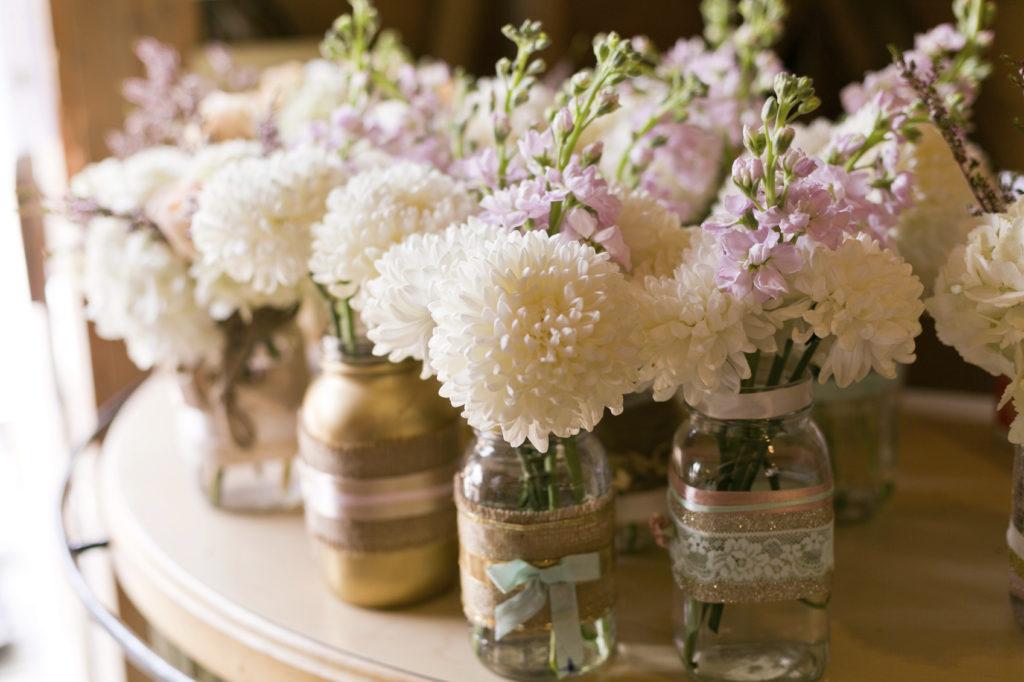 I vasi dei fiori possono essere arricchiti con decorazioni.