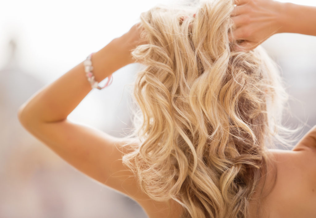 Per mantenere i capelli sani anche durante i periodi di stress possono essere utili degli integratori specifici.