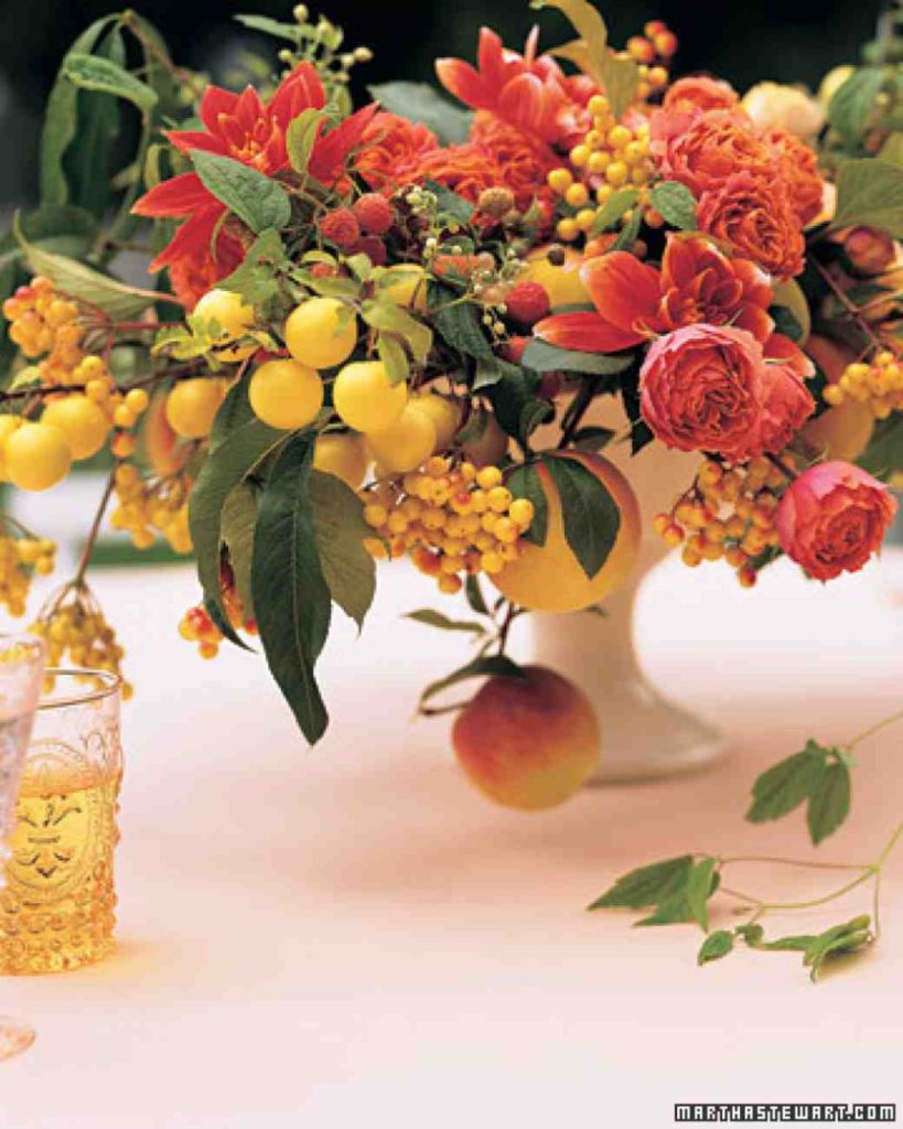 Centrotavola in vaso con frutta e fiori martha stewart wedding