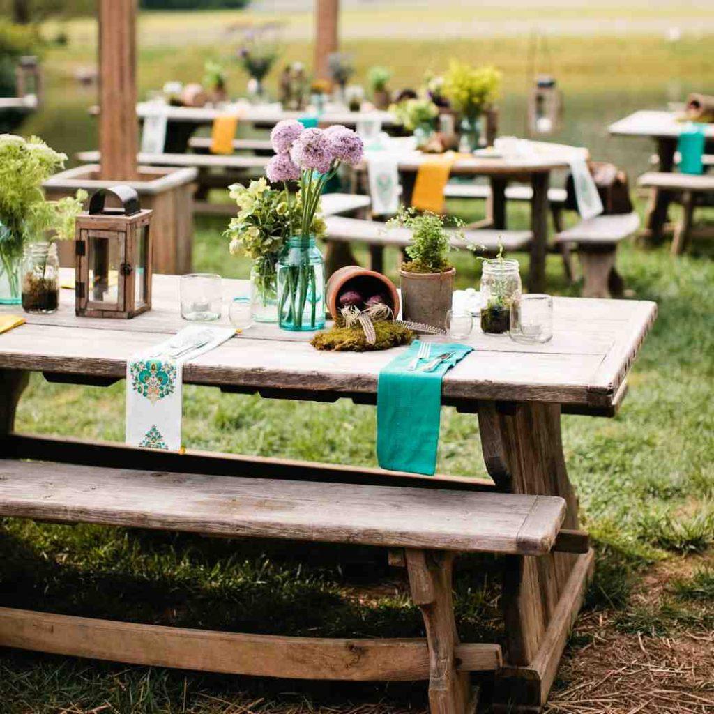 tavolo imperiale di legno con allestimento in barattoli di vetro foto martha stewart wedding