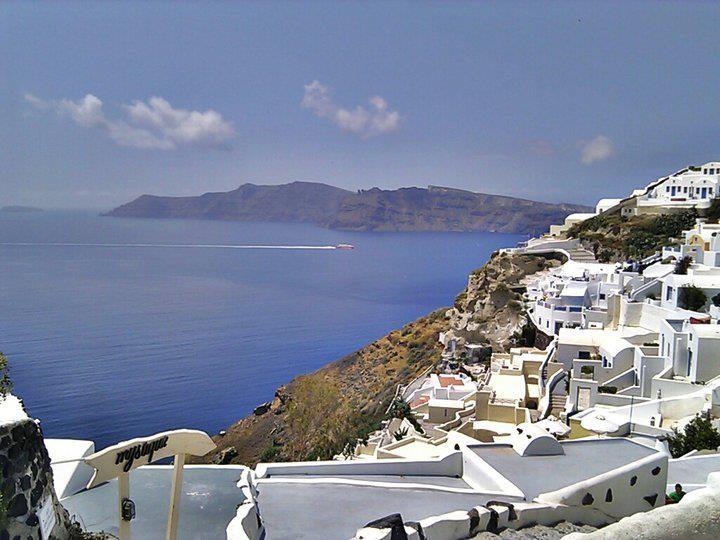 Santorini è una delle perle della Grecia, meta di tantissimi turisti ogni anno