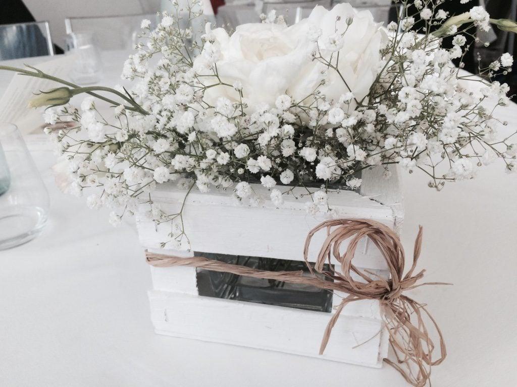 cassettina di legno con fiocco di rafia e fiori bianchi foto di Amiche della Sposa wedding Planner