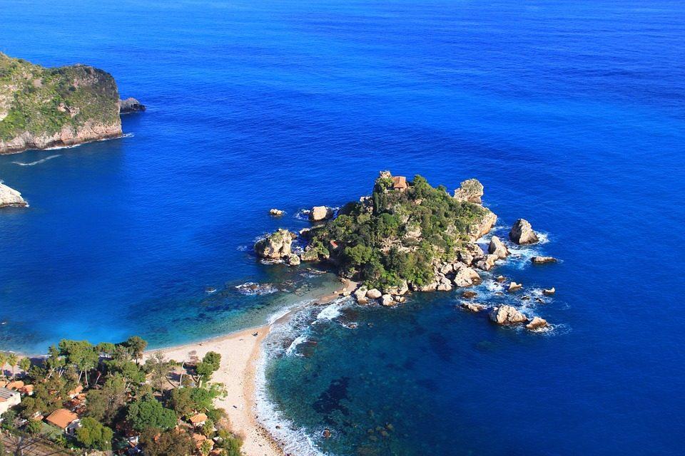 La Sicilia è quell'isola da esplorare in lungo e largo. Vastissima la scelta di luoghi da visitare. La storia e la cultura di quest'isola sono un valore aggiunto