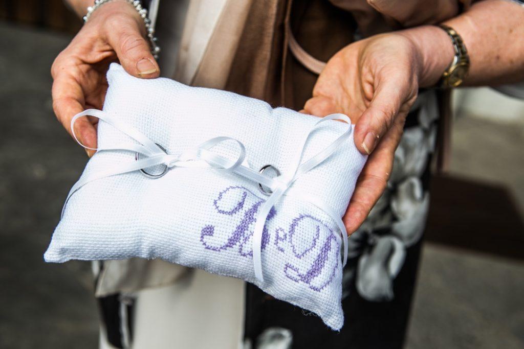 cuscinetto fedi con iniziali degli sposi ricamate a mano