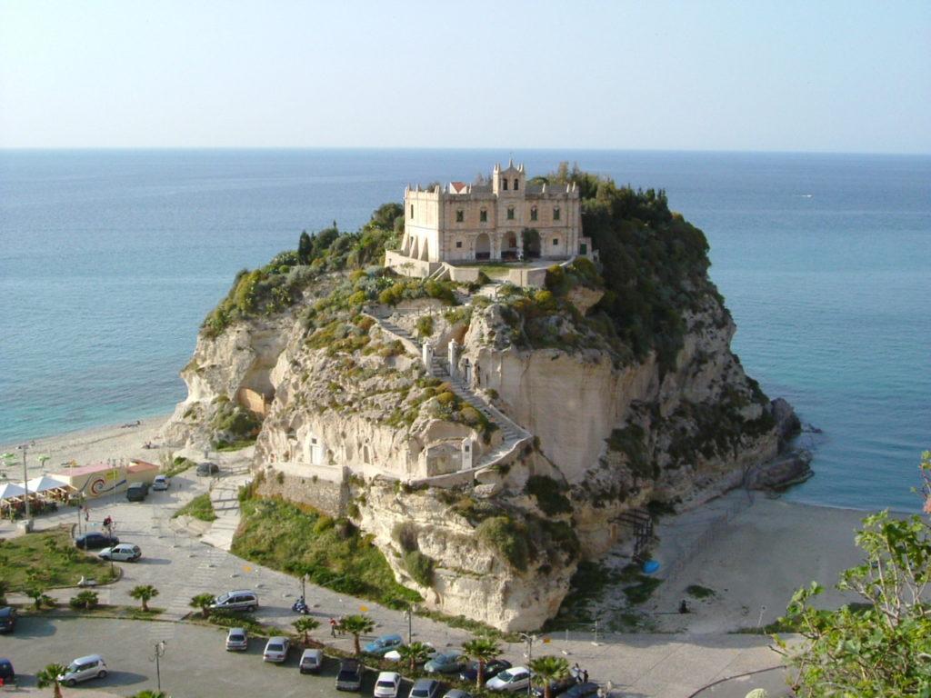 Tropea è la perla dello Ionio situata in provincia di Vibo Valencia, in Calabria.