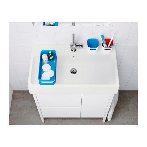 I contenitori Gessan con l'interno colorato danno brio al lavabo bianco.