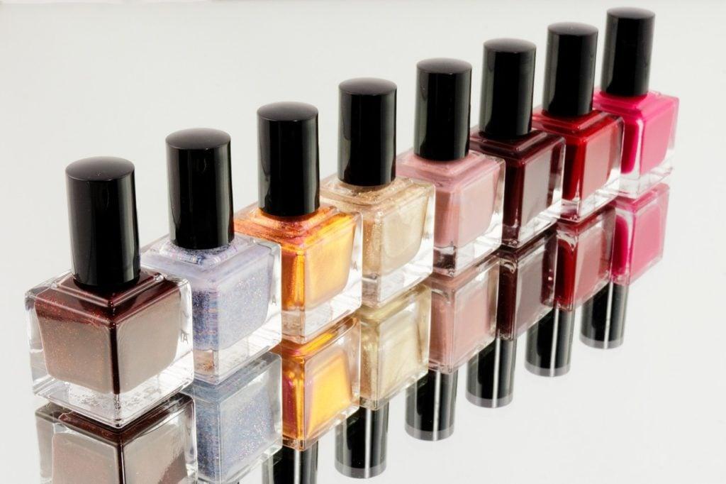 Da OPI ad Essence: gli smalti effetto gel garantiscono una manicure professionale anche a casa.