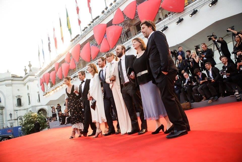 Alicia Vikander (la prima a sinistra) con l'abito tirolese di Louis Vuitton.