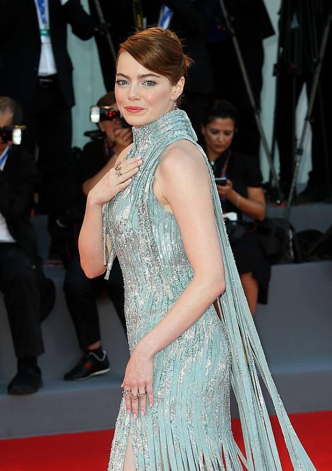 Dettaglio dell'abito Atelier Versace di Emma Stone.