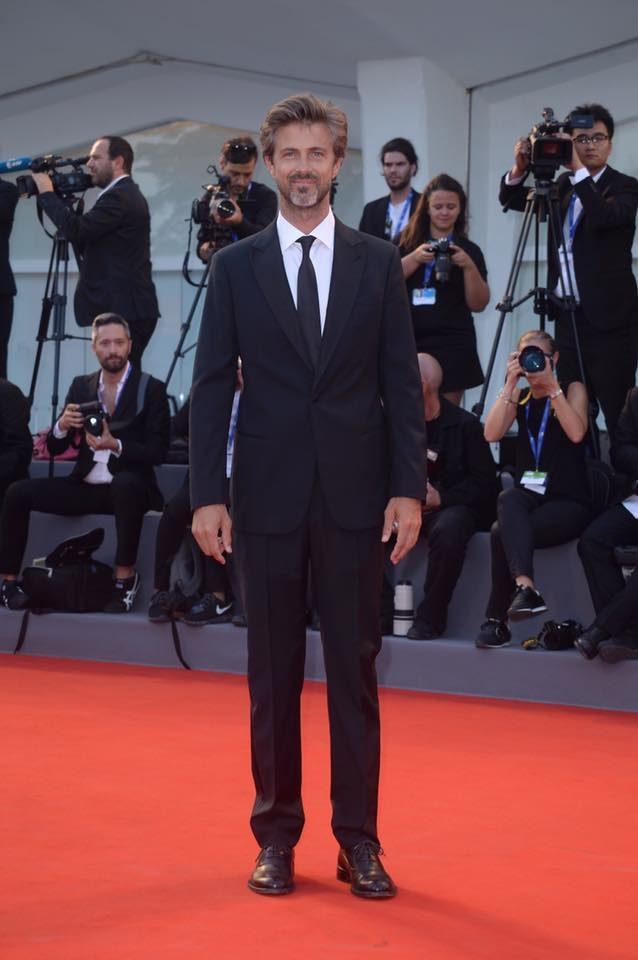 Kim Rossi Stuart elegantissimo in Giorgio Armani.