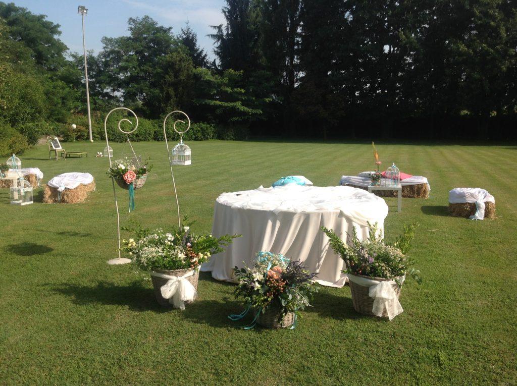 Preparazione del tavolo della torta matrimonio country chic Amiche della Sposa