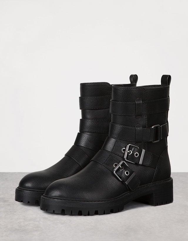 Bershka: biker boots con fibbie.