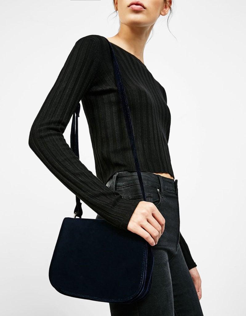 Bershka: borsa velluto con tracolla.