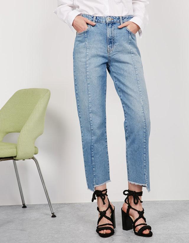 Bershka: jeans Mom con orlo asimmetrico e vita alta.