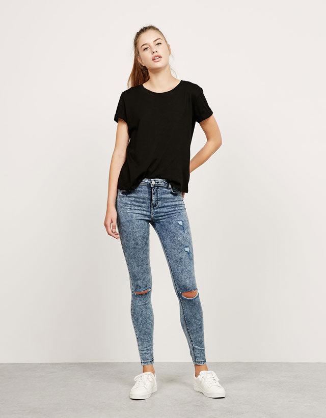 Bershka: jeans Super Skinny con strappi azzurro lavato.