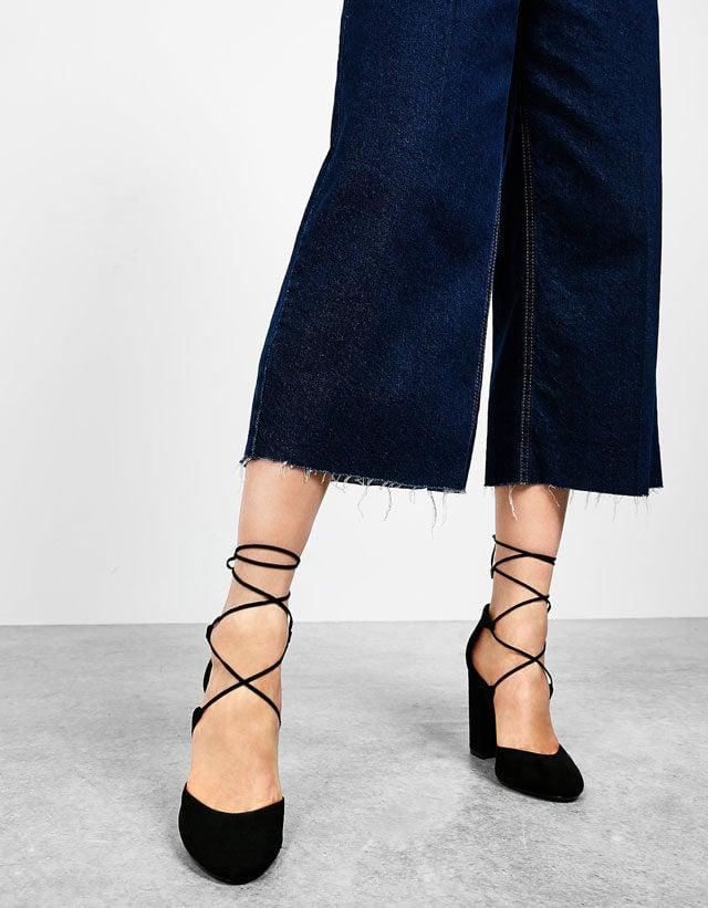 Bershka: sandali allacciati alla caviglia.