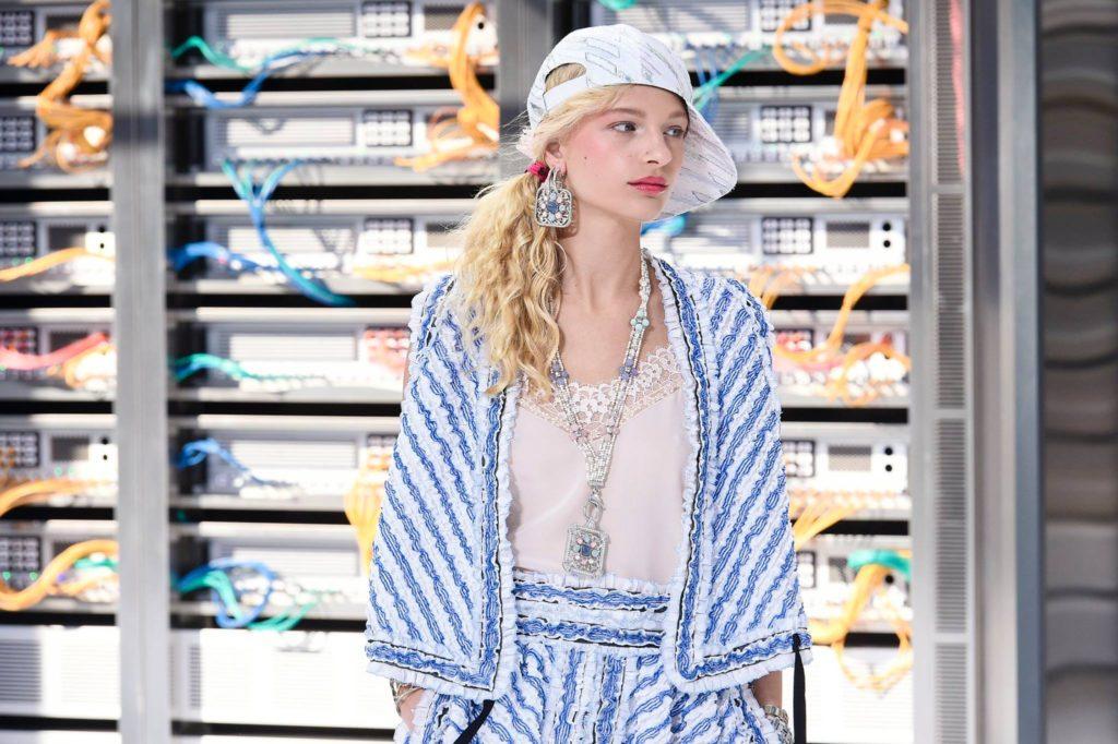 Un look della collezione Chanel SS 2017.