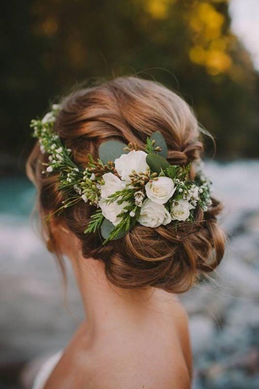 UPDO con fiori. Proposta perfetta per un matrimonio.  Foto di @deerpearlflowers da Pinterest.