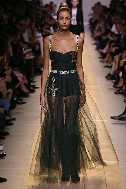 Un look della collezione Dior SS 2017.