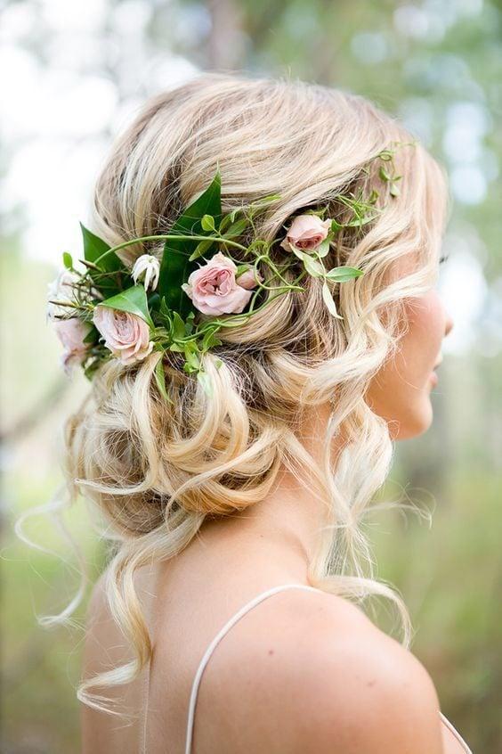 Dolce e romantica la proposta con decorazioni con le rose. Foto di @himisspuff, da Pinterest.