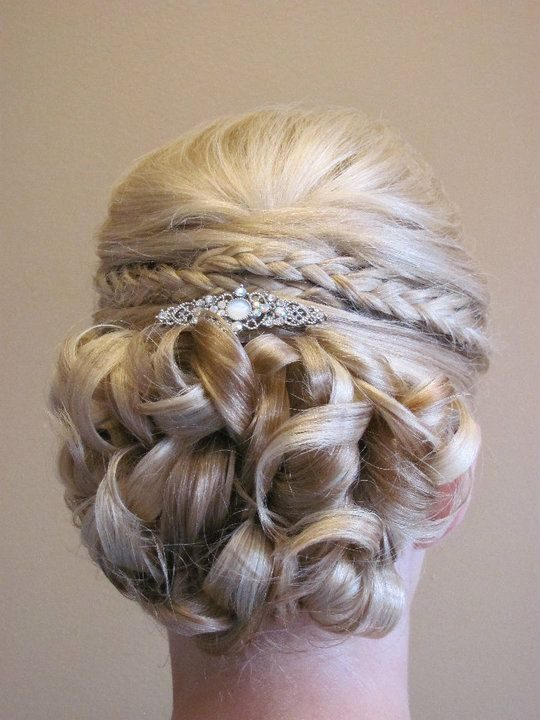 Esempi di decorazione per l'updo. Foto di modern-hair-styles-com, tratta da Pinterest