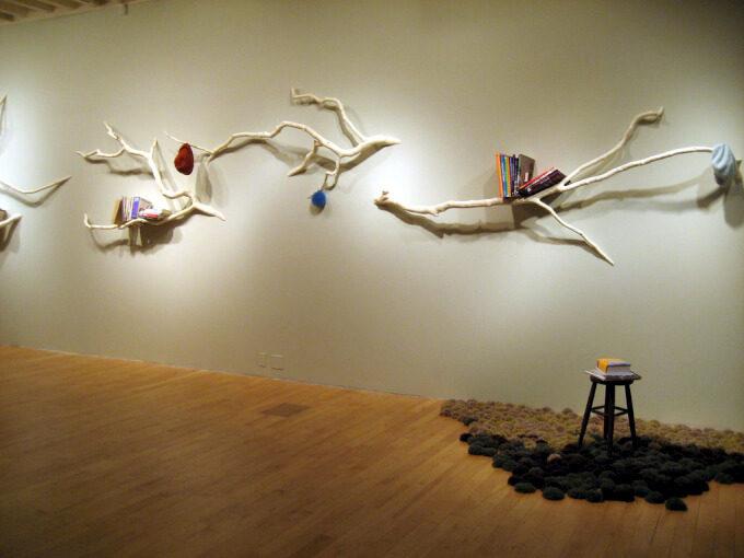 Mensole con rami di albero