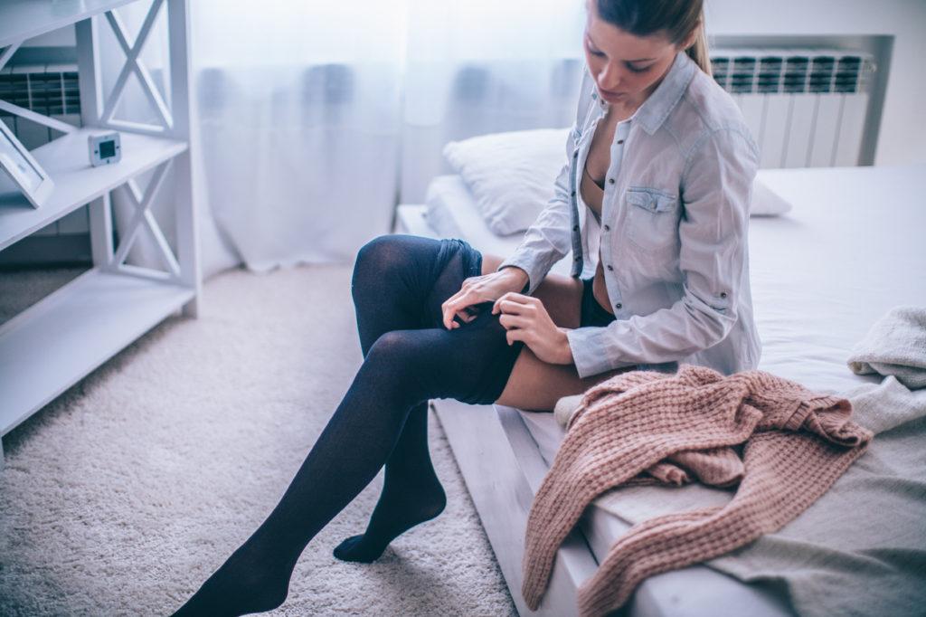 Donna che indossa le calze