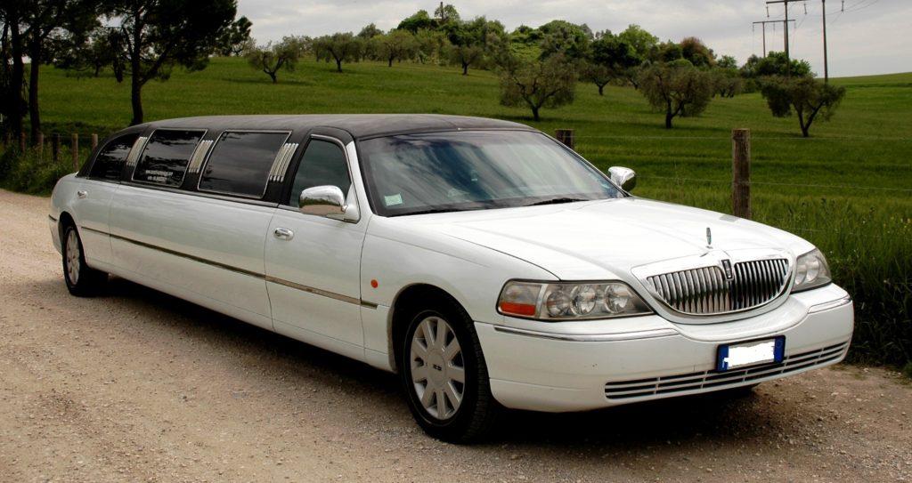 Splendida limousine per matrimonio.