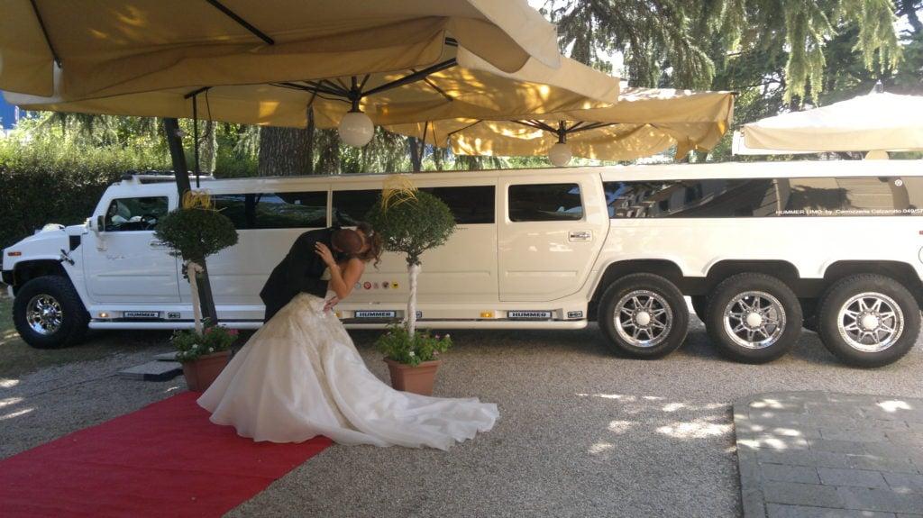 Sposi Gipsy difronte ad una splendida hummer limousine per matrimonio.