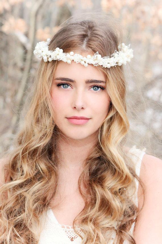 Decorazione acconciatura sposa con fascia di fiori sul capo.