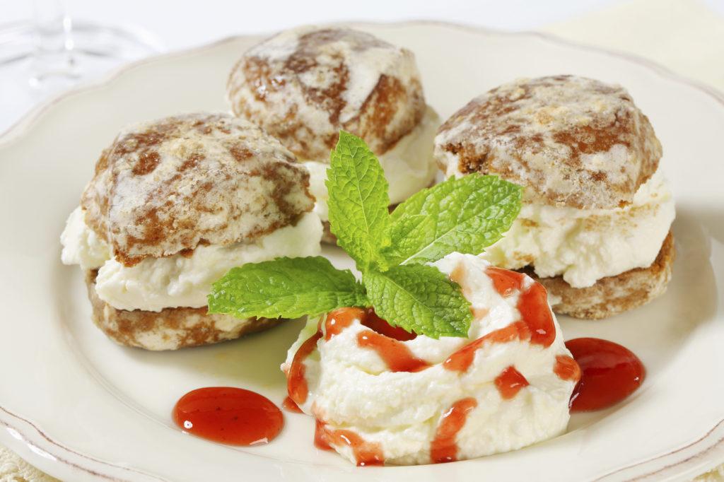 Pasticcini di pan di miele e gelato alle mandorle