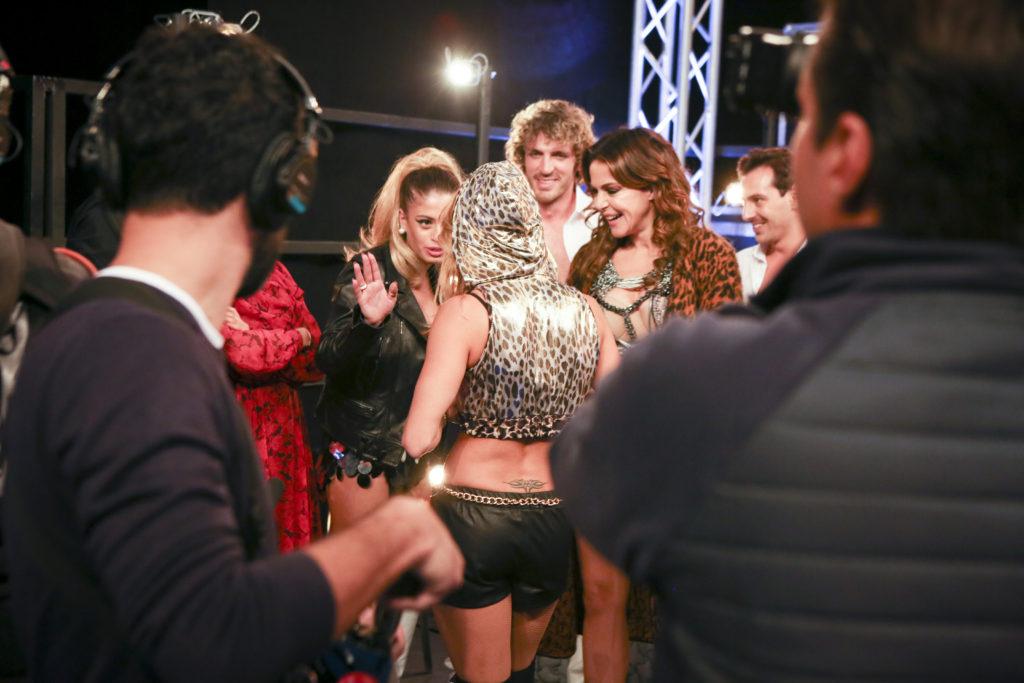 Chiara Nasti con gli altri concorrenti nel backstage di Dance Dance Dance
