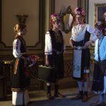 Un Re allo sbando - NIcolas III e lo staff si travestono da cantanti bulgare