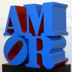Robert Indiana Amor 1998 Scultura, alluminio policromo (blue and red), 104x96,5x50,8 cm. Ed. 3/6 Courtesy: Galleria d'Arte Maggiore, G.A.M., Bologna, Italia © Robert Indiana by SIAE 2017