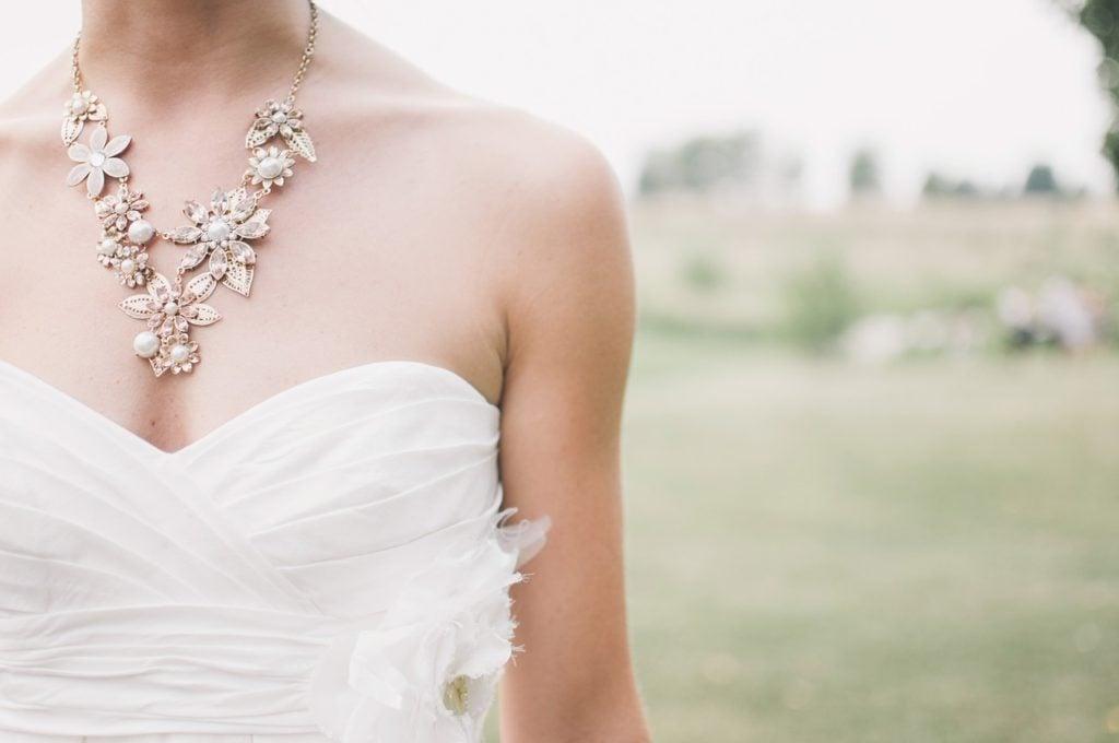 collana sposa con fiori foto pixabay