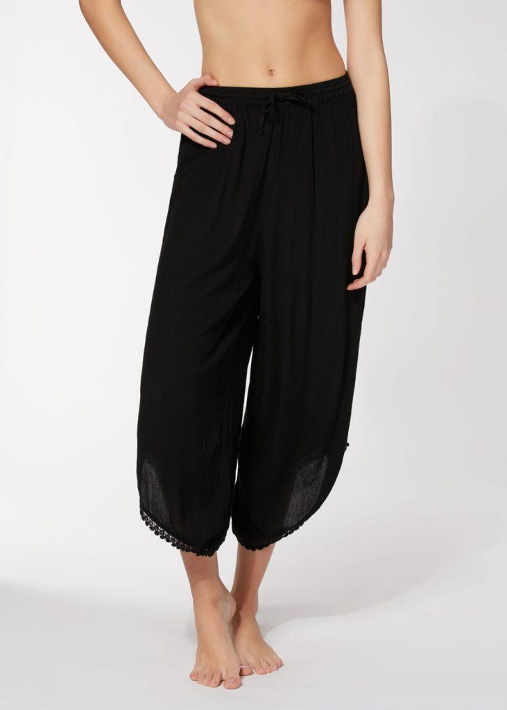 Pantalone lungo con coulisse in vita dalla vestibilità comoda.