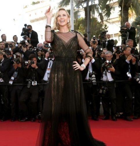 Charlize Theron in long dress nero firmato Dior e gioielli Chopard