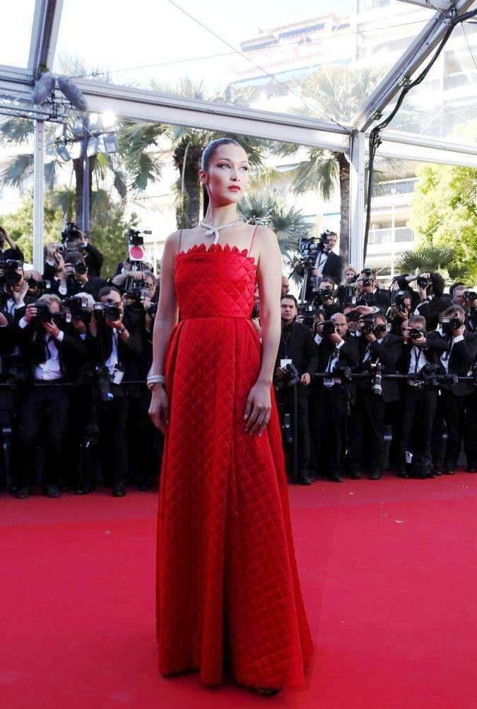 Bella Hadid in abito rosso Dior