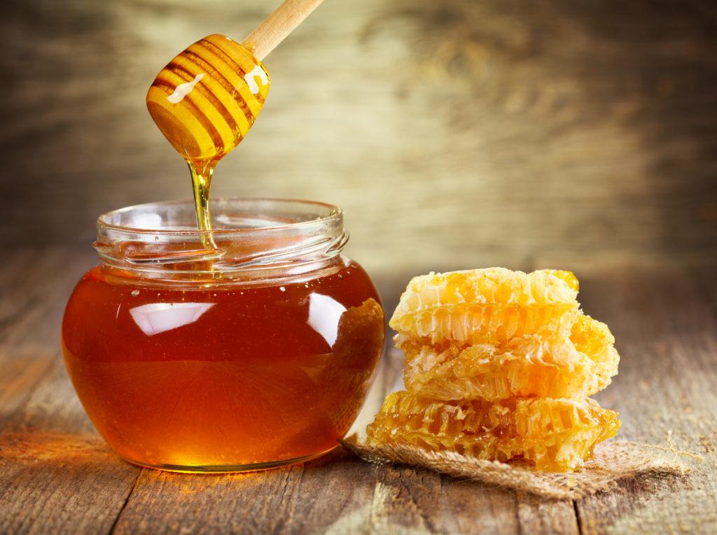 Il miele è un potente ingrediente con cui realizzare maschere per il viso, 100% naturali e profondamente nutrienti