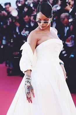 Rihanna in abito bianco Dior