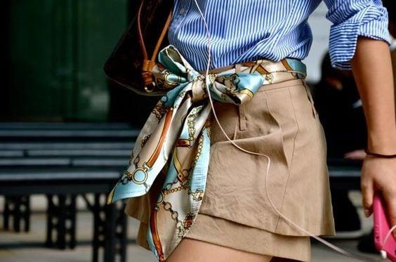 Foulard gioiello indossato come una cintura per la mini skirt