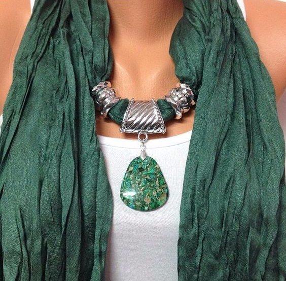 Foulard gioiello verde con inserti tono su tono