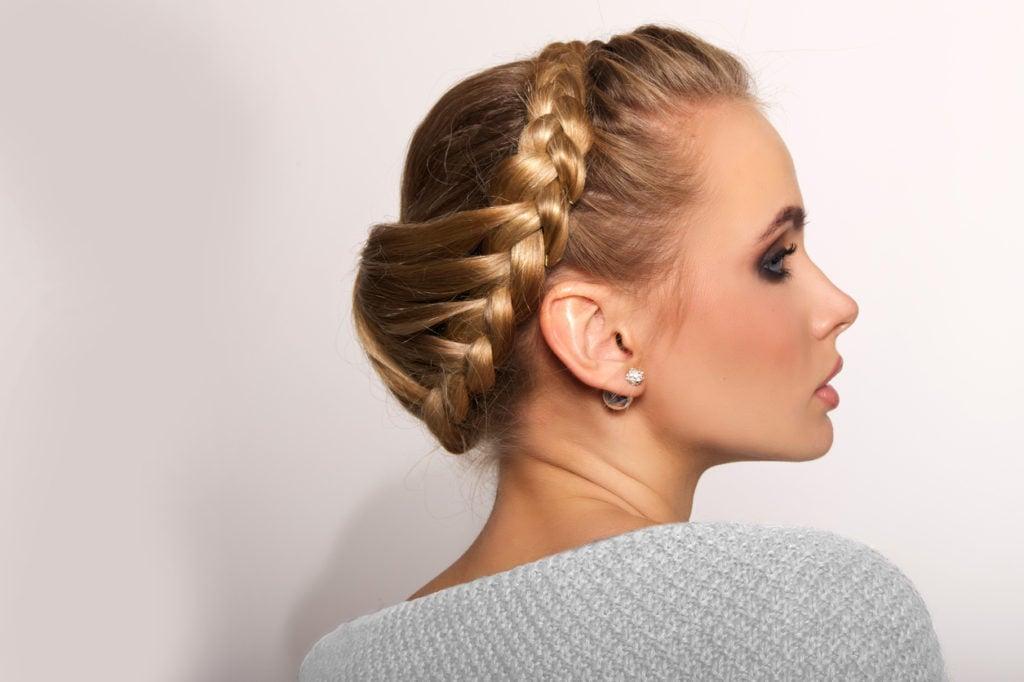 Lo chignon è un hairstyle romantico, elegante e sofisticato che può essere sfoggiato in qualsiasi occasione.