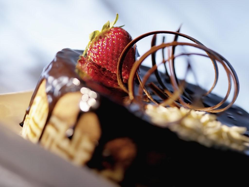 Torta glassata con fragole e cioccolato
