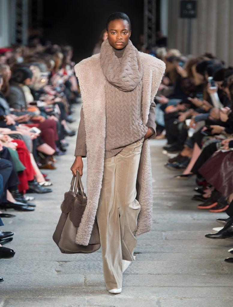 Cappotto in cachemire grigio by Max Mara.