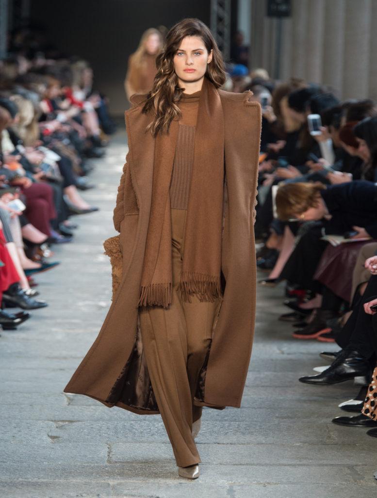 Cappotto in cammello e seta marrone by Max Mara.