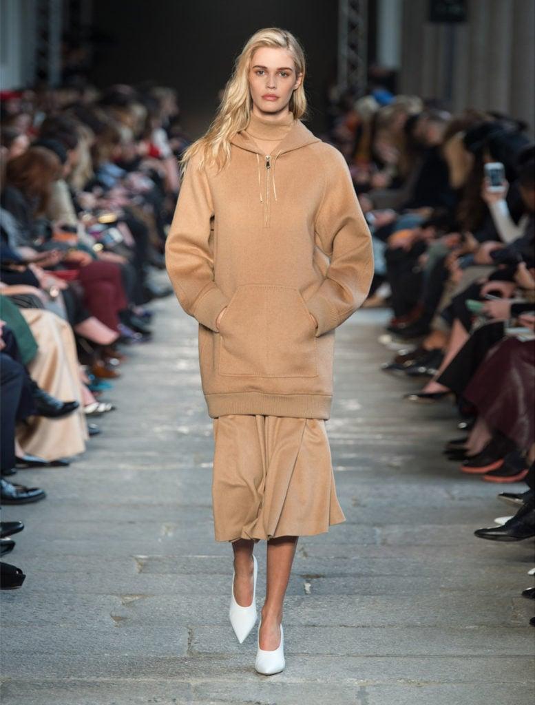 Felpa oversize con cappuccio e tasca davanti in cammello by Max Mara.