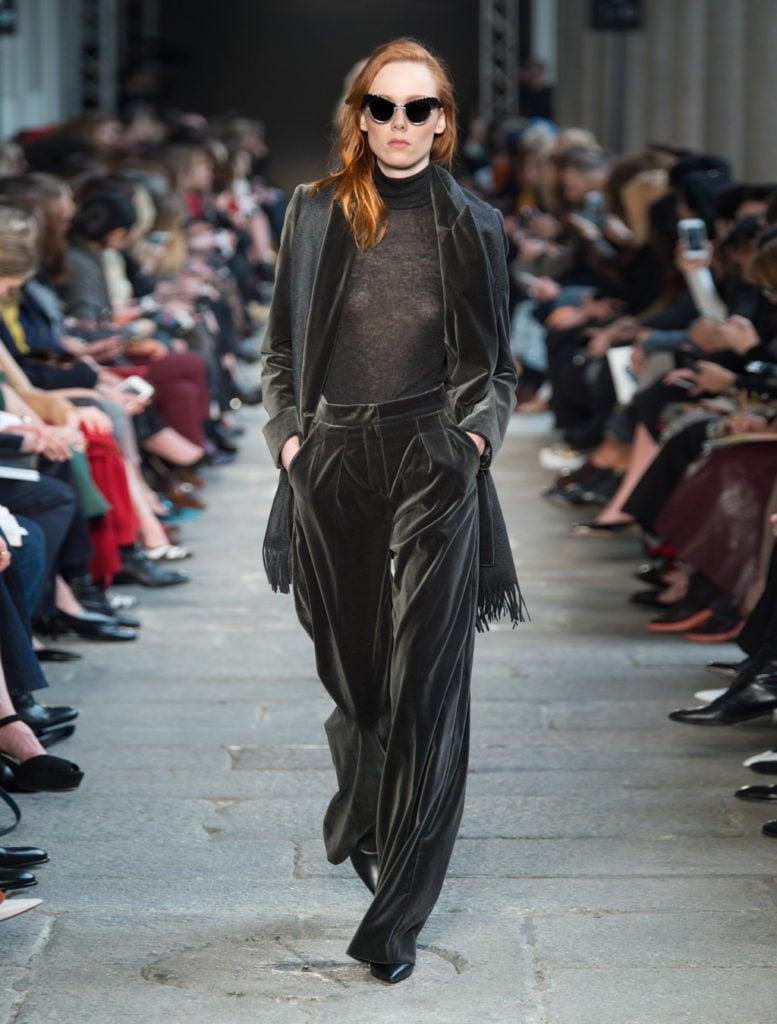 Pantaloni palazzo in velluto antracite by Max Mara.