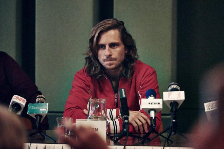 Bjorn Borg (Sverrir Gudnason) - conferenza stampa di Wimbledon. La pressione emotiva è fortissima.